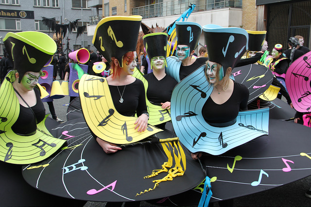 Music themed performers, street entertainers